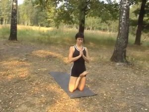 Ардха Падмасана на коленях