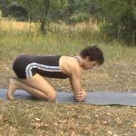 Локти поставить на ширину плечевых суставов