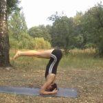 Удерживать ноги параллельно горизонтальной поверхности.