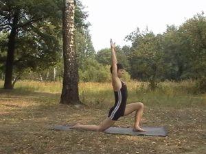 На вдохе шаг правой ногой назад, колено на пол, руки вытягиваем вверх.