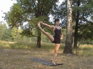 Уттхита Хаста Падангуштхасана 2. Беремся за большой палец ноги, уводим ее в сторону по возможности выпрямляем в колене.