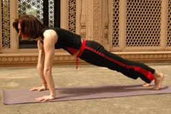 5. Задержка дыхания - шаг назад левой ногой. Дви Пада Прасаранасана.