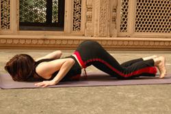 6. Выдох - грудь и подбородок или лоб низ. Аштанга Намаскар.